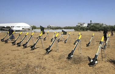 טרוריסטים מן הג'יהאד האיסלאמי מתאמנים בשיגור רקטות לישראל, אתמול ברצועת עזה (צילום: פלאש 90)
