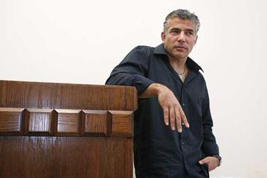 יאיר לפיד לפני מתן עדותו במשפט הדיבה המתנהל נגדו. 9.9.2008 (צילום: מיכל פתאל)