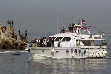 פלסטינים מקבלים את פניה של ספינת פעילי שמאל בנמל עזה, 8.11.08 (צילום: עבד רחים כתיב)