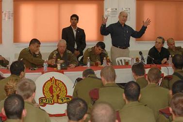 """ראש הממשלה אהוד אולמרט, אתמול בבסיס צה""""ל סמוך לעזה (צילום: פלאש 90)"""