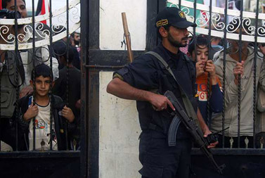 איש חמאס משגיח על הפגנה פלסטינית נגד סגירת מעבר רפיח על-ידי המצרים. 19.11.08 (צילום: עבד רחים כתיב)