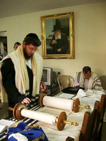 """הרב גבריאל הולצברג, הנתון כנראה בידי המחבלים, כפי שצולם לפני שנתיים בבית חב""""ד בבומביי (צילום: סרז' אטאל/פלאש 90)"""