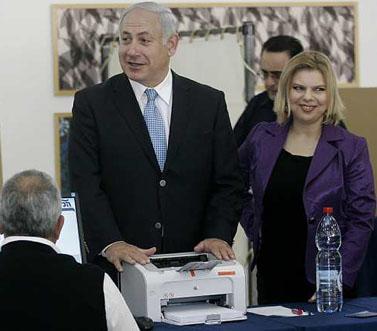 """יו""""ר הליכוד בנימין נתניהו ואשתו שרה, היום בירושלים בקלפי של הבחירות המקדימות למפלגה (צילום: אוליביה פיטוסי)"""