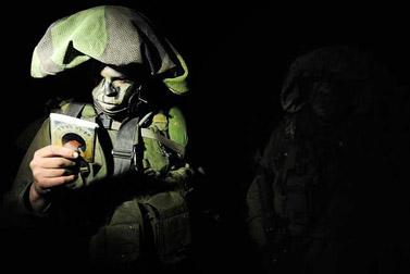 """חייל צה""""ל לפני הכניסה לרצועת עזה, אתמול  (צילום: דובר צה""""ל)"""