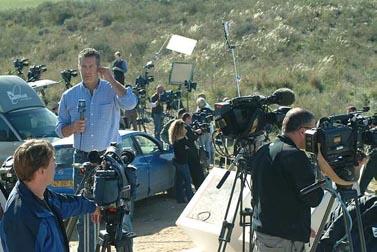 כתבים זרים משדרים מהצד הישראלי של הגבול עם עזה, אתמול (צילום: פלאש 90)