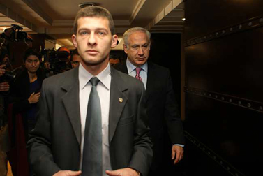 """יו""""ר הליכוד בנימין נתניהו מגיע לפגישה עם ראשי מפלגת הבית-היהודי, אתמול בירושלים (צילום: קובי גדעון)"""