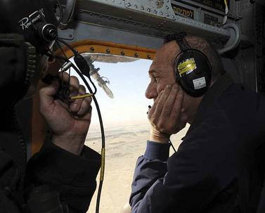 """ראש הממשלה אהוד אולמרט טס בשמי הנגב (צילום: אבי אוחיון, לע""""מ)"""