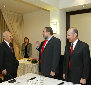 ראשי מפלגת ישראל-ביתנו בפגישה עם הנשיא, אתמול (צילום: אוליביה פיטוסי)
