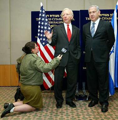"""יו""""ר הליכוד בנימין נתניהו (מימין) והסנטור האמריקאי ג'ו ליברמן, היום במסיבת עיתונאים בירושלים (צילום: אוליביה פיטוסי)"""