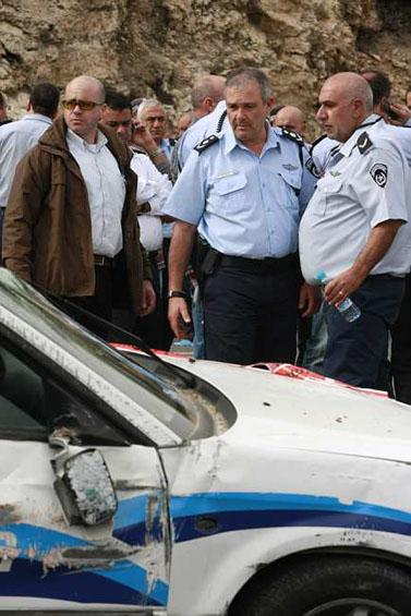 """מפכ""""ל המשטרה בוחן את זירת הפיגוע אתמול בירושלים (צילום: אורי לנץ)"""