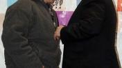 שר הביטחון מסתודד עם אביו של החייל החטוף גלעד שליט. יום שני, במאהל המחאה בירושלים (צילום: אורי לנץ)