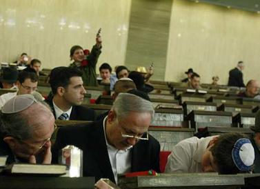 בנימין נתניהו קורא במגילה, אתמול בבית-הכנסת הגדול בירושלים (צילום: אורי לנץ)