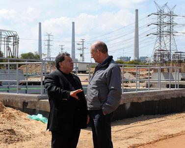 """ראש הממשלה אהוד אולמרט (מימין) ושר התשתיות בנימין בן-אליעזר, שלשום במפעל מקורות (צילום: משה מילנר, לע""""מ)"""
