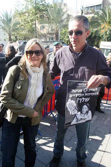 אנשי ערוץ 10 אלון בן-דוד ומיקי חיימוביץ' בהפגנת עובדי הערוץ אתמול מול משרדי הרשות השנייה בירושלים (צילום: רוני שיצר)