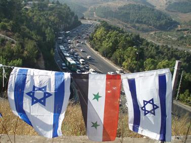 דגלי ישראל וסוריה בכניסה לירושלים, אוקטובר 2007 (צילום: פלאש 90)