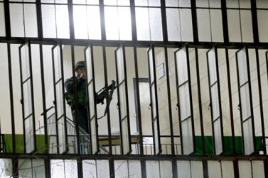איש כוחות הבטחון בבניין ישיבת מרכז הרב, אתמול בירושלים (צילום: פלאש 90)