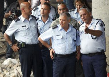 """מפכ""""ל המשטרה דודי כהן (במרכז) על גדות הירקון, ליד צוותי החיפוש אחר גופתה של הילדה רוז פיזאם (צילום: רוני שוצר)"""