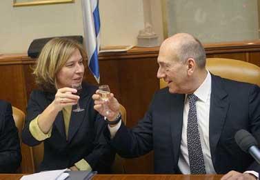 ראש הממשלה אהוד אולמרט ושרת החוץ ציפי לבני מרימים כוסית (צילום: פלאש 90)