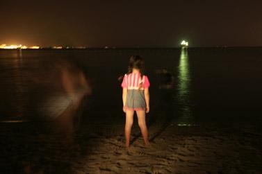 ילדה עומדת לבדה על חוף הים (צילום: נתי שוחט / פלאש 90)