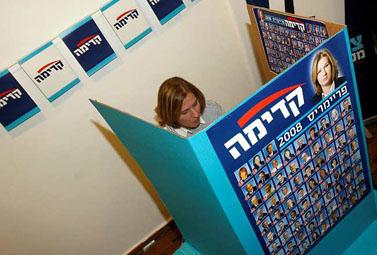 """יו""""ר קדימה ציפי לבני מצביעה, היום בתל-אביב (צילום: רוני שיצר)"""