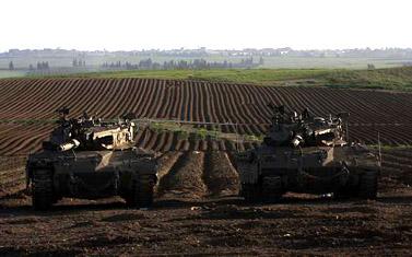 טנקים ישראליים על גבול עזה, אתמול (צילום: צפריר אביוב)