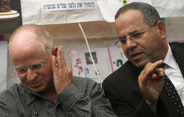"""ח""""כ איוב קרא (מימין) ונועם שליט, שלשום באוהל המחאה של משפחת שליט (צילום: מרים אלסטר)"""