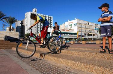ילדים רוכבים על אופניים, נתניה 2003 (צילום: פלאש 90)