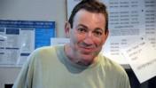 """עדי טלמור בדסק החדשות של גלי-צה""""ל, יוני 2011, בתצלום שביקש לפרסם לאחר מותו (צילום: תמר אלמקאייס)"""