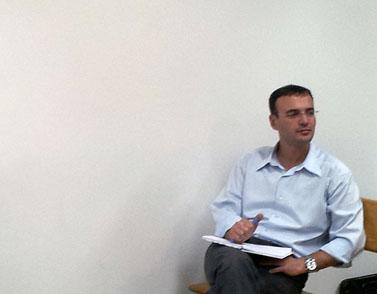 """אסף גלבוע בבית-המשפט, בדיון קודם על העסקתו של חגי מטר ב""""מעריב"""", 15.11.12 (צילום: """"העין השביעית"""")"""