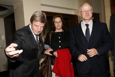שר החוץ הצרפתי ברנאר קושנר (משמאל) במפגש עם נועם ואביבה שליט, הוריו של החייל החטוף גלעד שליט, אתמול בירושלים (צילום: מרים אלסטר)