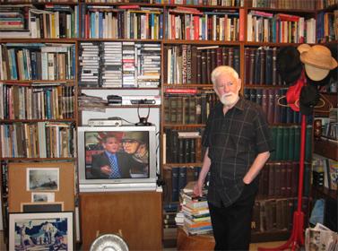 """אורי אבנרי בסלון ביתו, מאי 2008 (צילום: א""""פ)"""