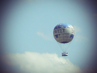 """כדור פורח ועליו הכיתוב """"די ולט"""" בשמי ברלין (צילום: אנה מ. רישיון cc)"""