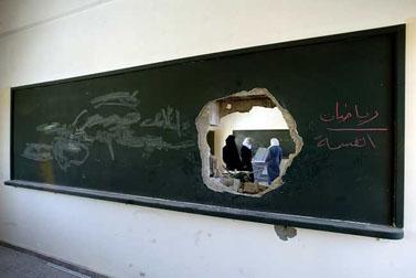"""כיתה בבית ספר לבנות בעזה שנפגעה מירי צה""""ל במבצע """"עופרת יצוקה"""" (צילום: עבד רחים כתיב)"""
