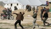 פלסטינים מיידים אבנים מהצד העזתי של רפיח אל צדה המצרי (צילום: עבד רחים כתיב)