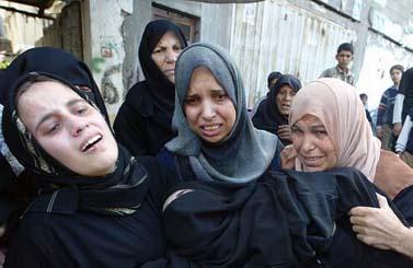 """הלוויית ארבעה אנשי חמאס שנהרגו על-ידי צה""""ל בחאן-יונס, 13.11.08 (צילום: עבד רחים כתיב)"""