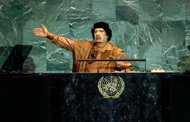 """שליט לוב מועמר קדאפי נואם בעצרת האו""""ם לפני פרוץ ההתקוממות נגד משטרו. 23.9.09 (צילום: האו""""ם, רישיון cc)"""