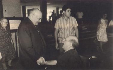 נתן גורדוס (מימין) ונשיא המדינה זלמן שזר (הצילום באדיבות בנו, מיקי)