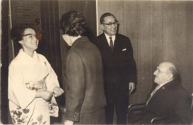 נתן גורדוס במפגש עם שגריר יפן בישראל ורעייתו (הצילום באדיבות בנו, מיקי)