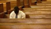 """בן האיטי מתפלל למען קרובי משפחתו הנעדרים בעקבות רעש האדמה באי. היום בסן-דייגו, ארה""""ב (צילום: דניאל דרייפוס)"""