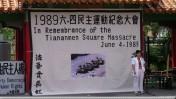 """מאק יין-טינג, יו""""ר אגודת עיתונאי הונג-קונג, בטקס זיכרון להרוגי כיכר טיאננמן, 2007 (צילום: javacoleen, רישיון cc)"""