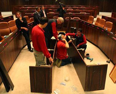 פועלים מכינים הרחבה לשולחן הממשלה, אתמול בכנסת (צילום: קובי גדעון)
