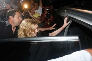 """הזמרת מדונה נכנסת למכונית, אתמול בלילה לאחר שנפגשה עם יו""""ר האופוזיציה ציפי לבני (צילום: רוני שיצר)"""
