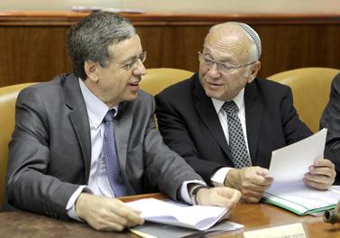 שר המשפטים יעקב נאמן (מימין) והיועץ המשפטי לממשלה מני מזוז, אתמול בישיבת קבינט בכנסת (צילום: פלאש 90)