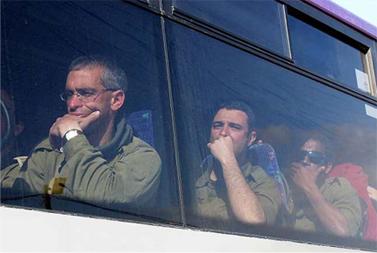 חיילי מילואים על גבול עזה, אתמול (צילום: אדי ישראל, פלאש 90)