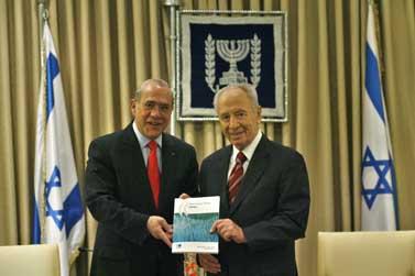 """נשיא המדינה שמעון פרס ומזכ""""ל ה-OECD אנחל גורייה, אתמול בירושלים (צילום: מיכל פתאל)"""