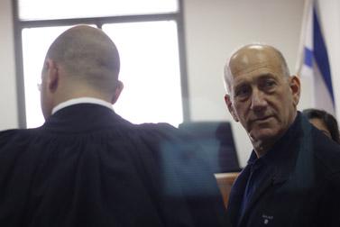 """אהוד אולמרט בבית-המשפט, לפני אחד הדיונים במשפט המתנהל נגדו בפרשת """"ראשונטורס"""". 2.1.12 (צילום: אורן נחשון)"""