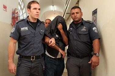 אב החשוד באונס בתו מובא לאולם בית-המשפט (צילום: יואב ארי דודקביץ')