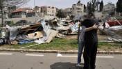 חסרי בית לצד מתחם מבנים ארעיים שהקימו בגן סאקר בירושלים ושהעירייה הרסה, אתמול (צילום: יואב ארי דודקביץ')