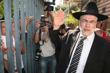 השר לשעבר שלמה בניזרי בשערי כלא מעשיהו, אתמול (צילום: לירון אלמוג)