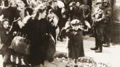 ילד מרים ידיו במהלך הכנעת גטו ורשה, מאי 1943 (צלם לא ידוע, נחלת הכלל)